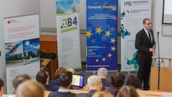 Krešimir Budiša predstavlja mogućnosti iz EU fondovima ispred slušatelja u dvorani