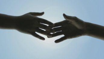 Ruke koje se dodiruju vrškovima prstiju